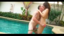 【無修正】海外個人撮影 INパタヤ タイ美人女性が象のパオーン力の逸物持つ白人中年男と私設プールで生ハメ!
